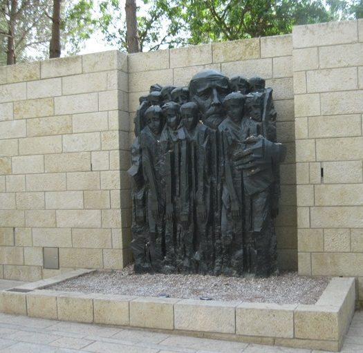Памятник Янушу Корчаку с детьми.