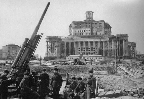 Центральный театр Советской Армии после маскировки.