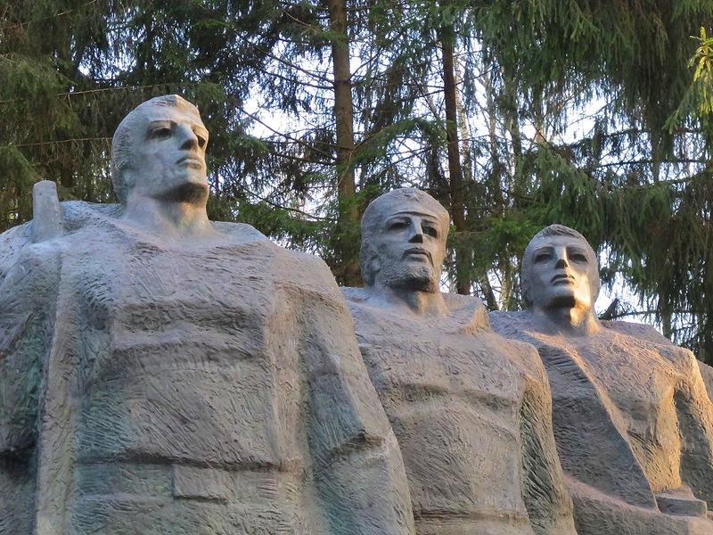 Вильнюсский памятник советским партизанам-подпольщикам в Груто парке.