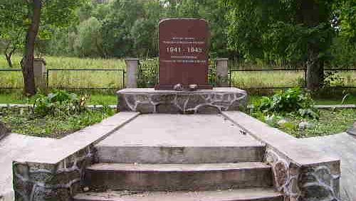 г. Ужвентис Кельмеского р-на. Памятник на братской могиле на кладбище по улице Вентос, в которой захоронено 243 воина, погибшие в 1944 году. Среди них - 39 неизвестных.