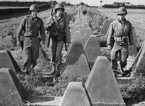 Американские солдаты на линии Зигфрида. 1944 г.