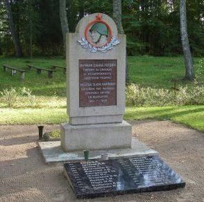 п. Зелтыни, край Алукснес. Памятник на братской могиле, где похоронено 27 воинов, погибших в годы войны.