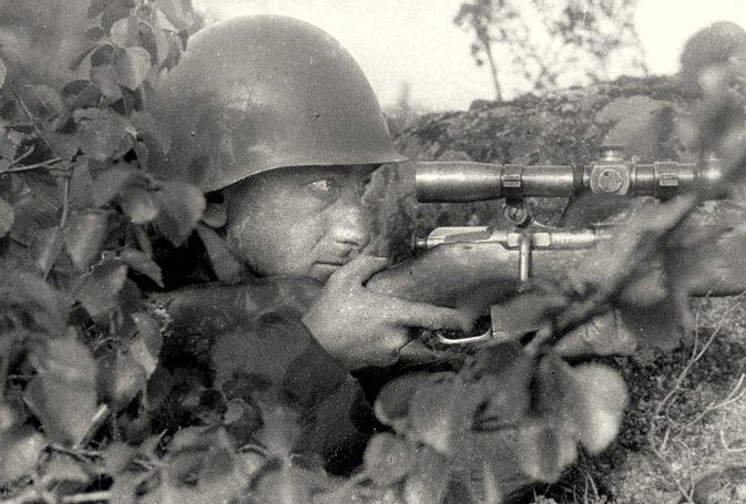 Снайпер Алиев на позиции.