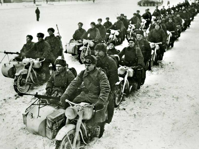 Мотоциклы М-72 едут на фронт. 1941 г.