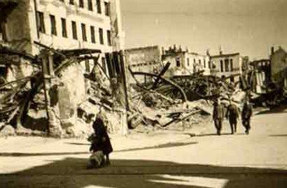 На улицах города. Июнь, 1942 г.