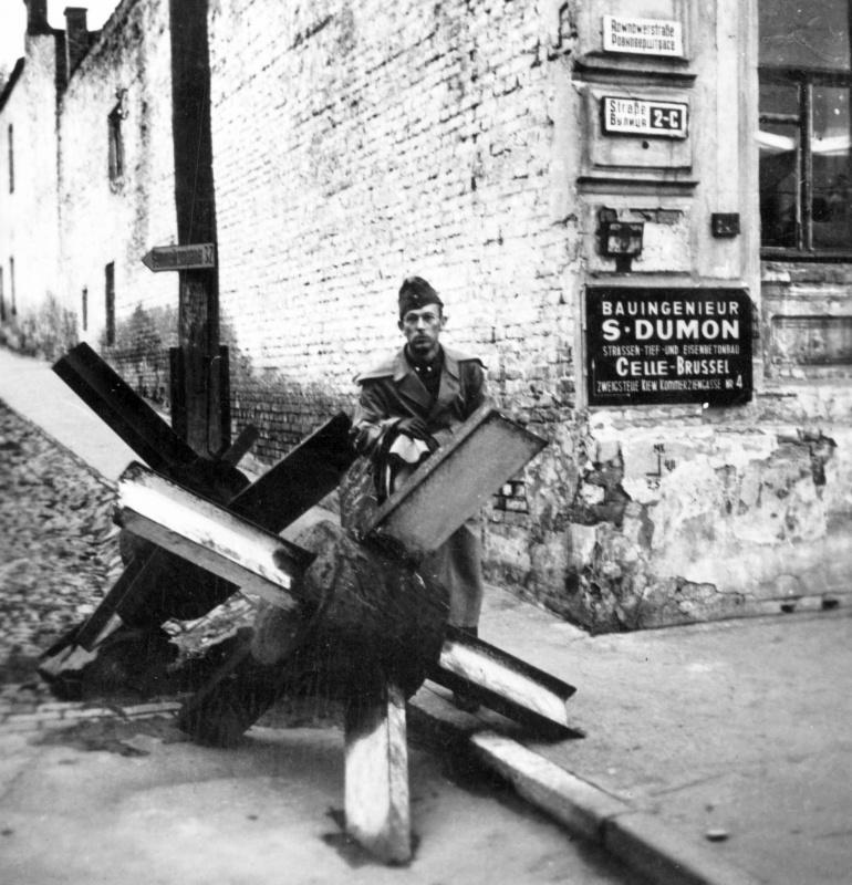 Венгерский офицер у противотанкового «ежа» на улице Ровноверштрассе (бульвар Т. Шевченко). 1942 г.
