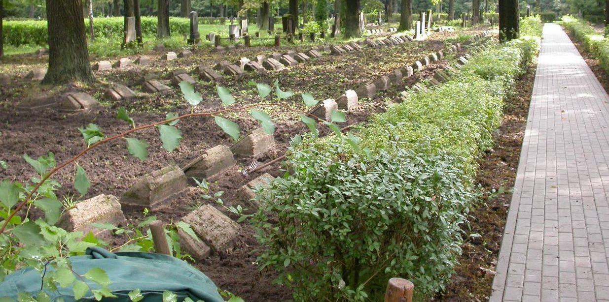 г. Каунас. Братские могилы воинов, в которых похоронено 435 воинов.