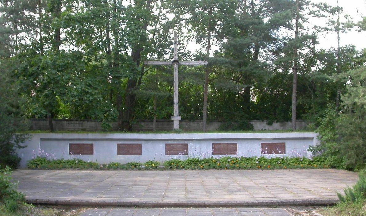 п. Картена Кретингского р-на. Братская могила, в которой похоронено 48 воинов, погибших под Клайпедой, и 8 солдат 16 Литовской стрелковой дивизии, погибших в Курляндии.