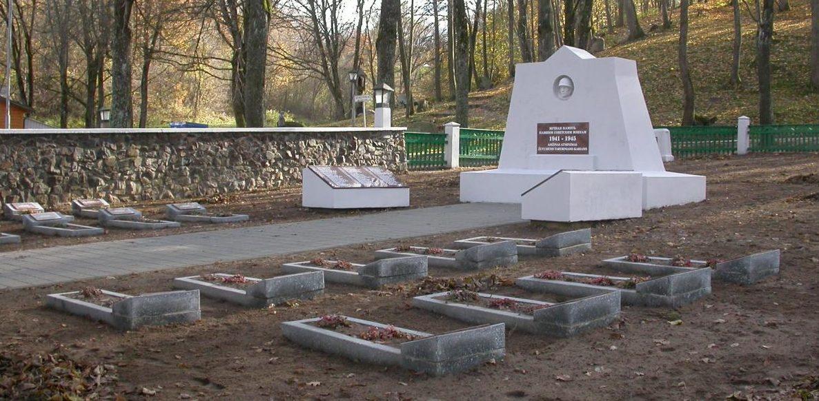п. Плокщяй Шакяйского р-на. Памятник у дороги Гелгаудишкис–Плокщяй на братской могиле, в которой похоронено 156 воин 5-й армии, в т.ч. 17 неизвестных.