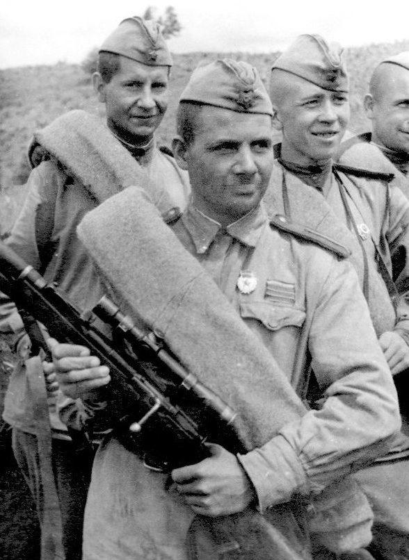 Снайпер Филипп Рубахо среди однополчан. Северо-Кавказкий фронт.1943 г.