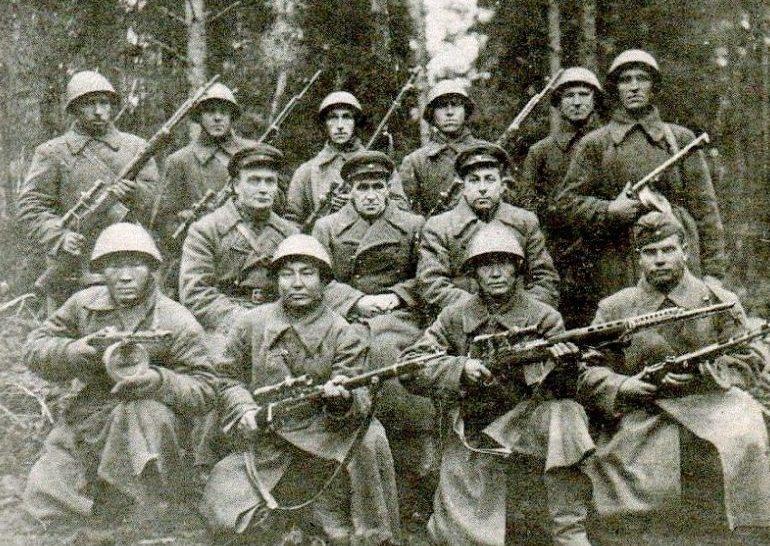 Взвод снайперов. В нижнем ряду крайний слева – Цыбик Цыдылов. 1943 г.