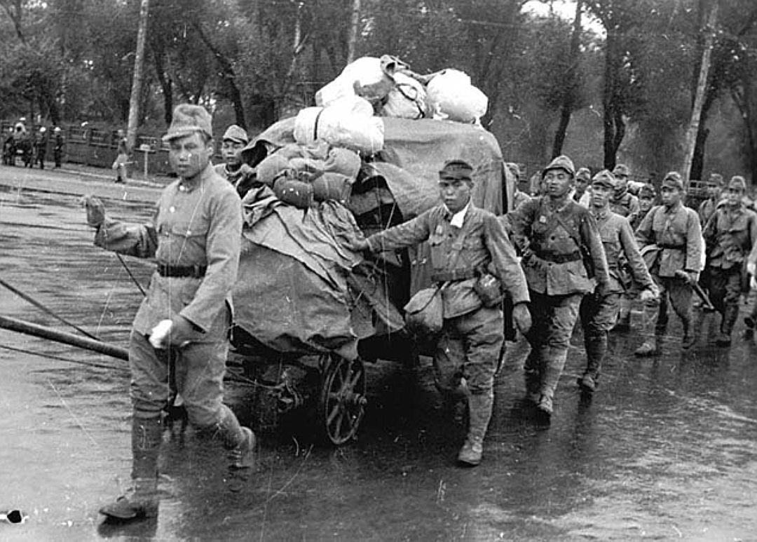 Колонна репатриированных японцев перед погрузкой в эшелон.