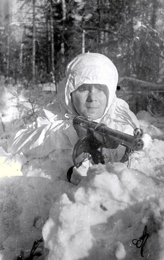 Снайпер А. Калинин на позиции. Ленинградский фронт. Февраль 1942 г.