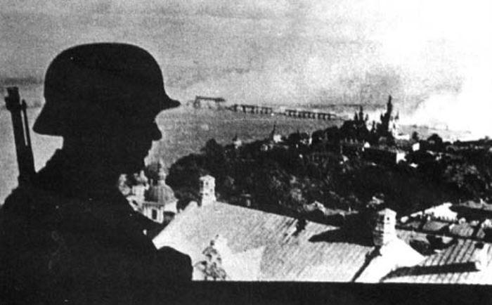 Немецкий часовой на лаврской колокольне. 20 сентября 1941 г.