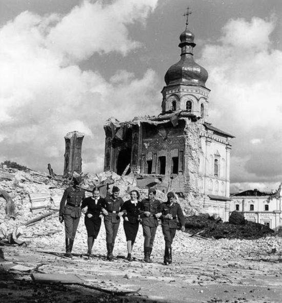 Киевлянки с немцами у взорванного Успенского собора. 1942 г.