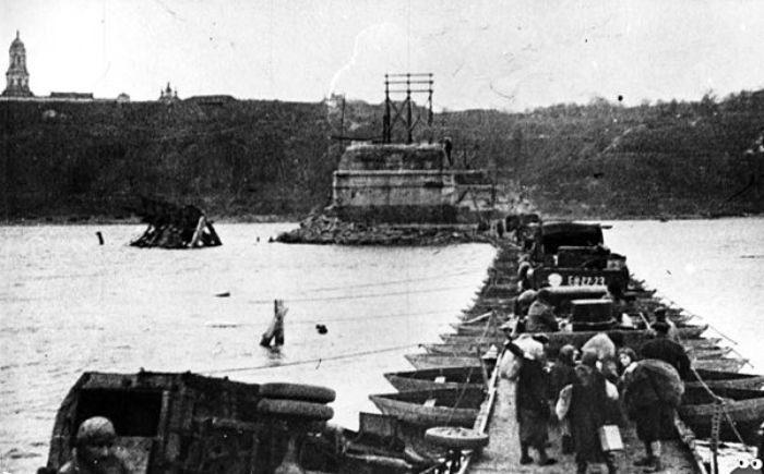 Временная переправа в районе моста Е. Бош сооруженная советскими войсками. Ноябрь 1943 г.