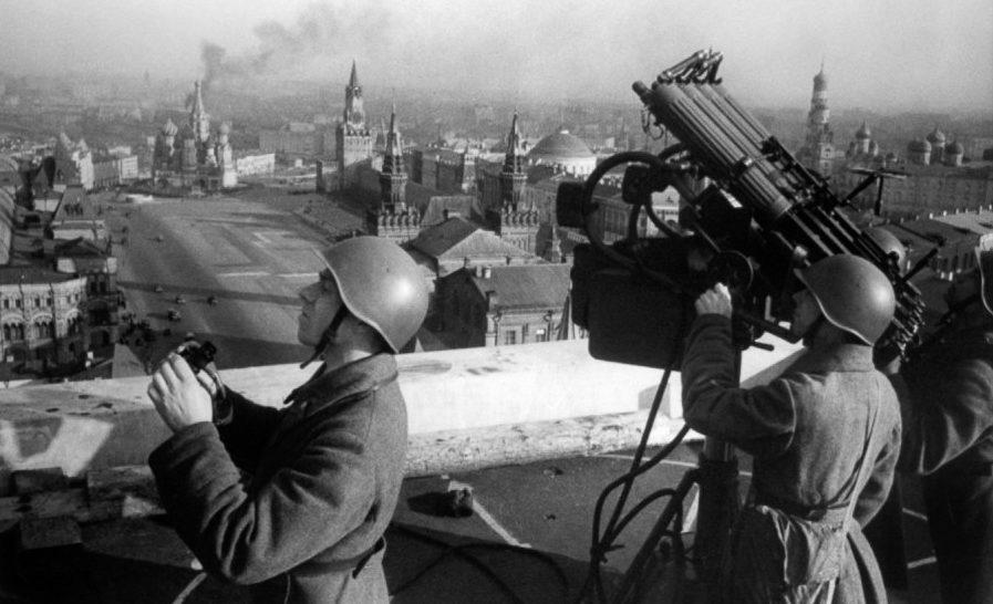 Пулемётная установка на крыше гостиницы «Москва». Зима, 1942 г.