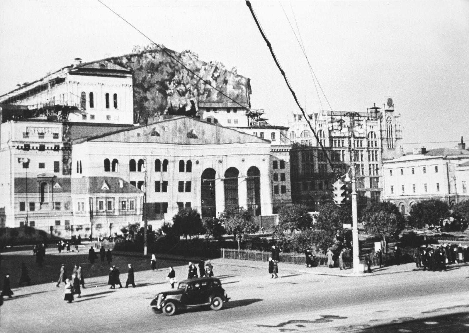 Большой театр в камуфляже во время войны.