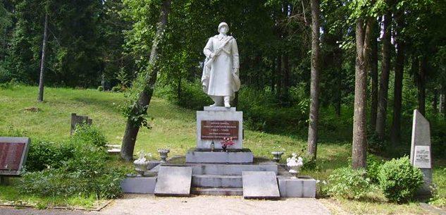 г. Меркине Варенского р-на. Памятник, установленный в 1950 году на воинском кладбище, где похоронено 246 бойцов 26-й гвардейской стрелковой дивизии, погибших при форсировании реки Неман в районе Меркине.