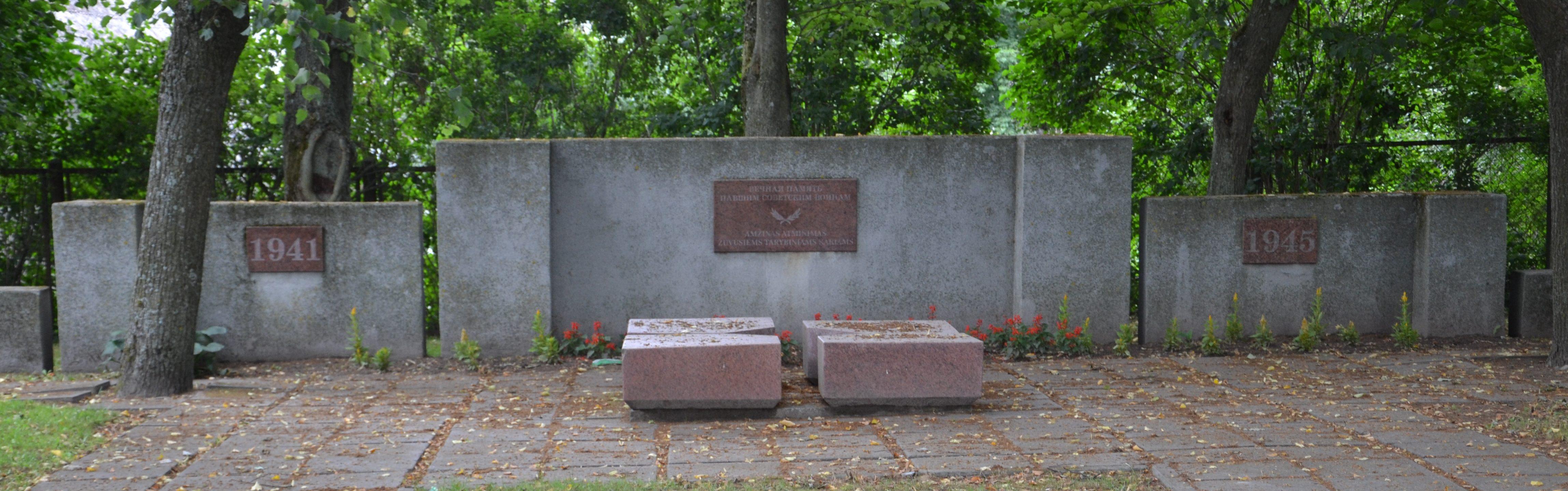 г. Салантай Кретингского р-на. Братская могила по улице Календосг, в которой похоронено 290 воинов. Среди них – два неизвестных и Герой Советского Союза Тырин Г.М.