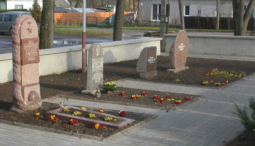 Индивидуальные могилы на воинском кладбище.