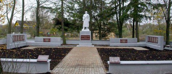 п. Турмантас Зарасайского р-на. Воинское кладбище, где похоронены 94 воина, в т.ч. 12 неизвестных 51-й гвардейской стрелковой дивизии, погибших в июле 1944 года. Здесь же похоронены Герои Советского Союза: Д.Тотмянин В.Зайцев.