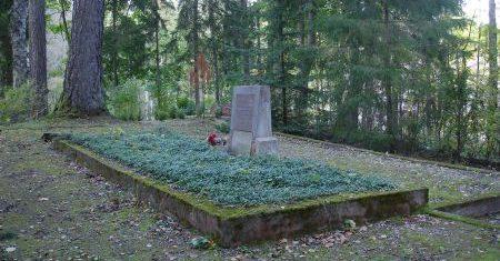 х. Калныни, волость Семес, край Тукума. Воинское захоронение на территории кладбища Семес, где похоронено 19 советских воинов. На братской могиле установлен памятник, в котором внизу вмурована памятная плита из белого камня.