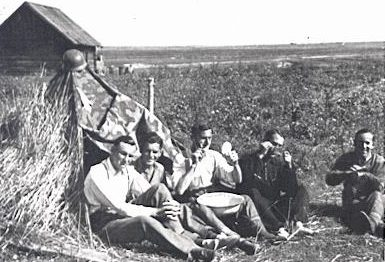 Артиллеристы на отдыхе на р. Березина.
