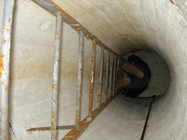 Стальная лестница, ведущая к наблюдательному посту.