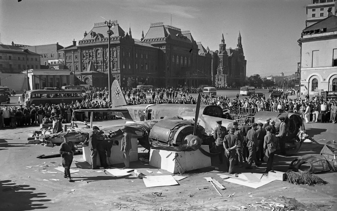 Сбитый фашистский бомбардировщик Ju 88. Площадь Свердлова. Июль, 1941 г.
