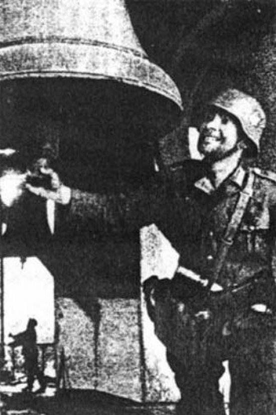 Немецкий солдат на лаврской колокольне. 20 сентября 1941 г.
