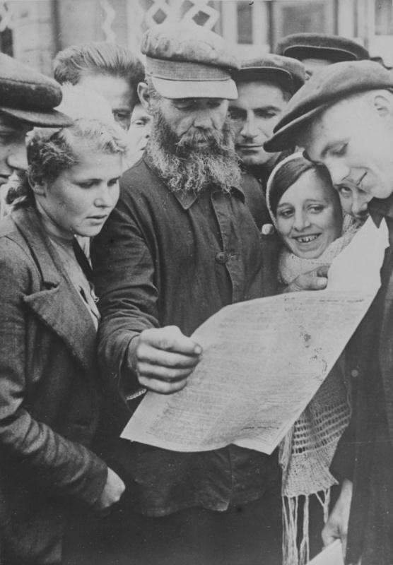 Раздача газеты «Украинское слово» на улицах Киева. 4 октября 1941 г.