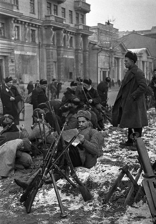 Бойцы одного из рабочих батальонов Москвы на привале. Осень, 1941 г.