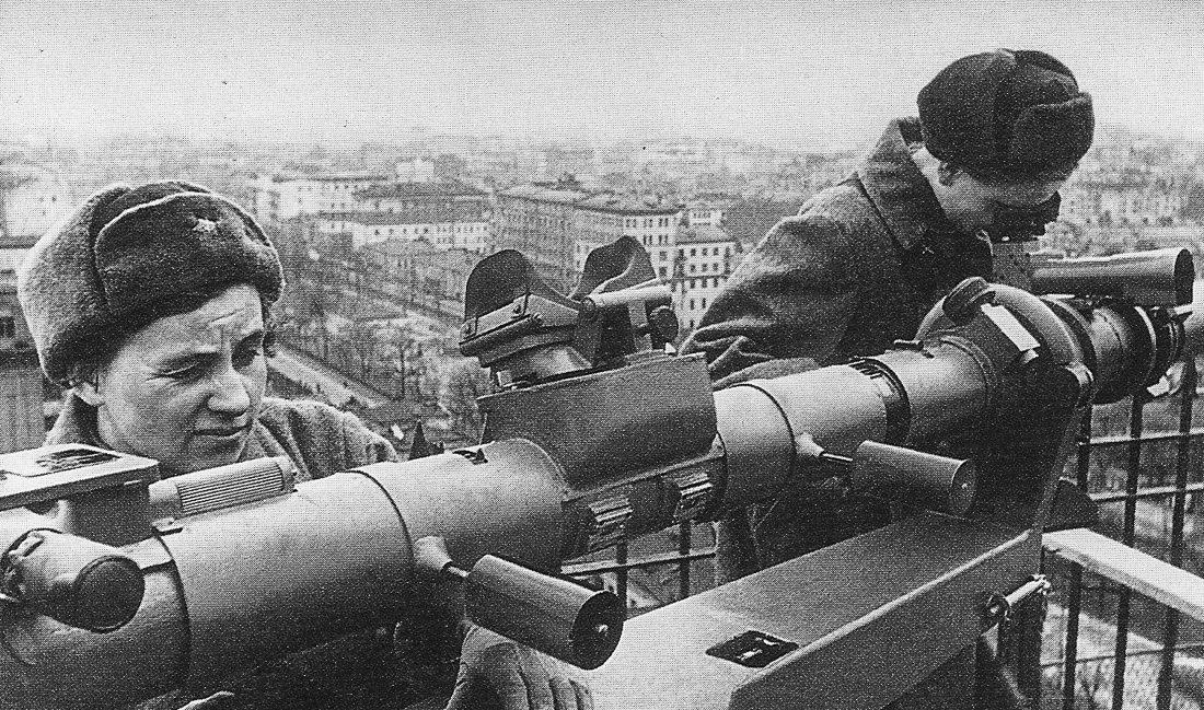 Зенитчики у дальномера на крыше дома. Зима, 1942 г.
