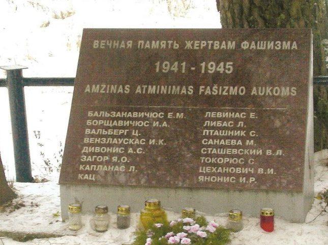 г. Рудишкес Тракайского р-на. Памятная стела на кладбище 16 участникам антифашистского сопротивления,
