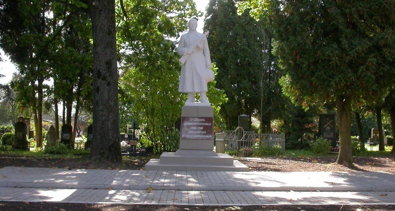 г. Кедайняй. Памятник по ул. Лакштингалюг, установленный на братской могиле, в которой похоронено 117 воинов, в т.ч. 9 неизвестных, 158-й стрелковой дивизии 84-го стрелкового корпуса 39-й армии, погибших в августе 1944 года.