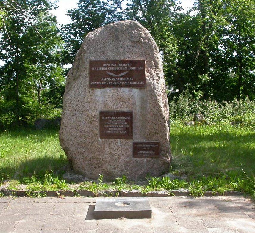 г. Моседис Скуодасского р-на. Памятник на братской могиле, в которой похоронено 577 советских воинов, в т.ч. 240 неизвестных.