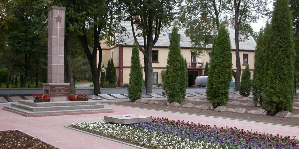 г. Биржай. Памятник, установленный на воинском кладбище по улице Витауто, где похоронено 1 703 воина 257-й Сивашской, 156-й стрелковой дивизий, 19-го танкового корпуса 43-й армии, погибшие в конце июля и в начале августа 1944 года.