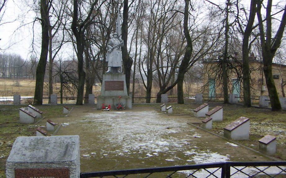 г. Пакруойис. Воинское кладбище у моста, где похоронено 46 воинов, погибших в боях на Елгавском направлении 27июля 1944 года.