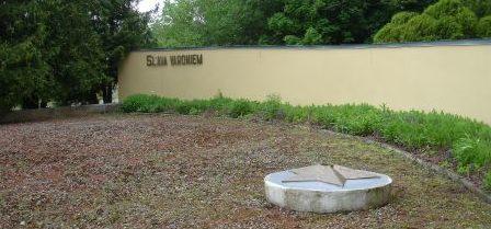Мемориальная стена у братских могил.