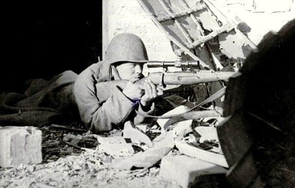 Сержант А. Чехов на огневой позиции. Ноябрь 1942 г.