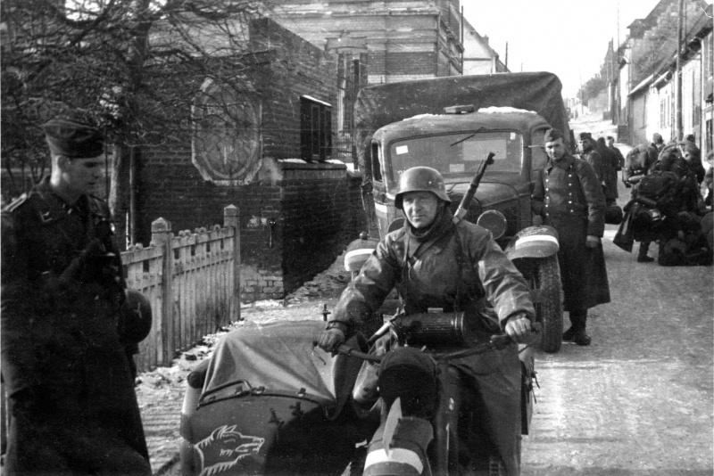 Мотоциклист 3-го батальона VIII авиакорпуса Люфтваффе. Бельгия. 1940 г.