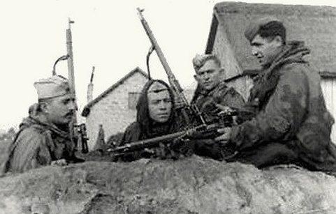 Гвардии лейтенант В. Салбиев со снайперами своего взвода. 1-й Украинский фронт.1944 г.