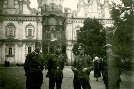 Немцы возле Успенского собора. Сентябрь, 1941 г.