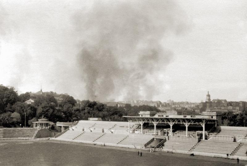 Трибуна стадиона «Динамо» и облако дыма над Крещатиком. 24 сентября 1941 г.