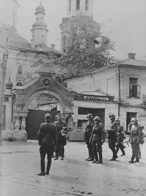 Немцы у входа в Киево-Печерскую лавру. 1941 г.