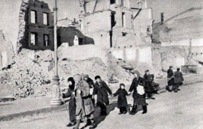 Уцелевшие киевляне возвращаются в город. 1943 г.