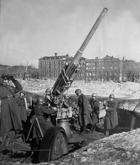 Зенитное орудие на ул. 1905 года. Зима, 1942 г.