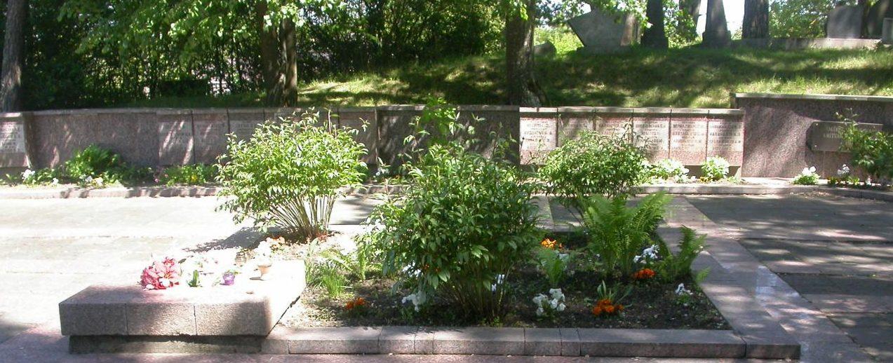 г. Тракай Братская могила на православном кладбище, где похоронено 153 воина, погибших в июле 1944 года в окрестностях города. Существовавший ранее памятник сейчас снесен.