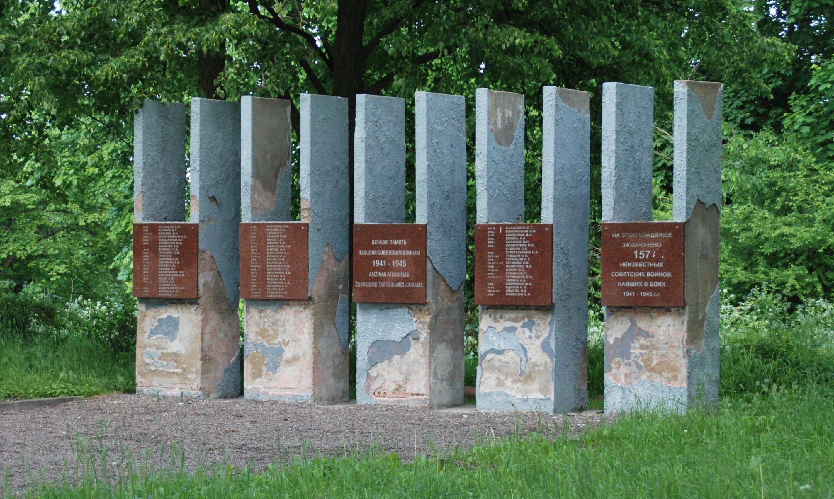п. Сурвилишкис Кедайняйского р-на. Памятник по улице Кедайнюд, установленный на братской могиле, в которой похоронено 220 воинов, в т.ч. 157 неизвестных, погибших летом 1944 года у сёл Калнабярже и Казокай.